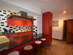 Volledig gerenoveerde woning met 4 slaapkamers op een terrein van +/- 2 are 00ca te koop gelegen in Asse centrum. De woning bestaat uit een inkomhal,