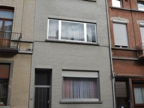 Appartement confortable de 65 m² avec une chambre à coucher. Situé au deuxième étage d'une maison Bruxelloise. Salon