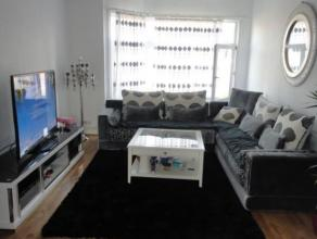 Appartement duplex agréable au 2e étage. Living et salle à manger (38 m²), cuisine, escalier vers chambre spacieuse, salle d