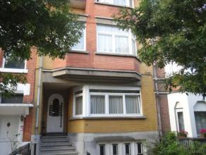 Appartement agréable au rez de chaussée avec living (38 m²), cuisine rénovée, salle de bains, chambre (10,5 m²).
