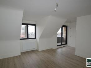 Duplex-appartement à louer (+/- 75 m²). L'appartement se compose d'un hall d'entrée, WC, living avec une cuisine ouverte et &eacute