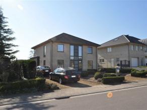 Villa à louer à proximité du centre de Asse avec une superficie habitable de 240 m² sur un terrain de 23 are dans une rue tr