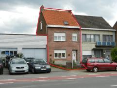 Deze 2-gevel woning werd doorheen de jaren grotendeels gerenoveerd. Zij heeft een grondoppervlakte van 3a 67ca. Zij bestaat op het gelijkvloers uit ee