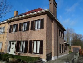 Située dans un quartier résidentiel de Denderleeuw, cette maison spacieuse attend son nouveau propriétaire.   Cette constructio