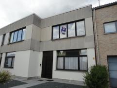 Nabij het centrum gelegen appartement (65m²) met 1 slaapkamer. Omvat: een living met eetplaats ( 28m²), open keuken, een slaapkamer (3,60m x