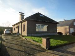 Laagbouwvilla met 3 slaapkamers (5 mogelijk) en garage op +/-6are. Goede verbinding met A12 Brussel/Antwerpen.Gelijkvloers: Inkomhall met gastentoilet