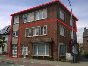 Dit luxueus afgewerkt appartement heeft op het gelijkvloers een aparte inkom met trappenhal. Op de 1e verd. bevindt zich de berging en het bureel/slaa