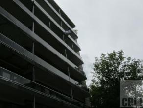 Appartement situ au 6me tage comprenant hall d'entre, WC spar, dbarras, salle de sjour (+/-34 m) avec chemine dco, cuisine entirement quipe, grande te