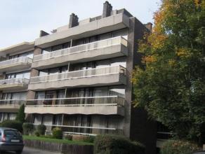 Superbe penthouse sis au 4ième étage dans un petit immeuble. Hall avec vestiaire, toilette séparée, living très lum