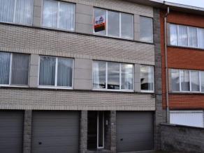 Appartement gelegen op de tweede verdieping van een klein gebouw. Bestaande uit een inkomhal met vestiaire en berging, living, keuken met balkon, apar