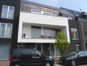 Gezellig appartement met veel lichtinval gelegen op de 1ste verdieping van een klein nieuwbouw in het centrum van Meise. Het appartement bestaat uit e
