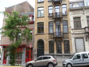 Appartement meublé de 69m² dans un petit immeuble, totalement rénové, au deuxième étage comprenant hall, livin