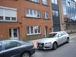 Appartement sis au 1er étage avec 1 chambre à coucher situé dans un petit immeuble bien entretenu. Living (carrelages), cuisine &
