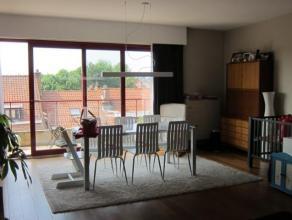 Agréable appartement sis au 3ième étage d'un petit immeuble bien entretenu.Hall d'entrée avec toilette sépar&