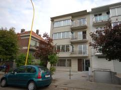 Instapklaar appartement: Inkomhal (laminaat) 2x3,6m, leefruimte (laminaat) 28m² met open keuken 2,4x2,1m, terras vooraan 3x1m, apart toilet 2x1,4
