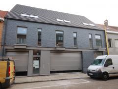 Nieuwbouw - instapklare duplex met 2 slaapkamers, staanplaats wagen en ruim terras.Inkomhal (tegels) 12,33m², toilet met lavabo (tegels) 1,25m&su