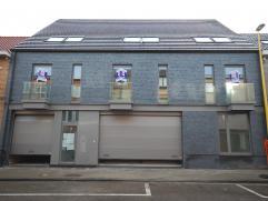 Nieuwbouw - mooi instapklaar gelijkvloers appartement: Inkomhal (tegels), leefruimte (tegels) 27,46m² met super ingerichte keuken, terras en tuin