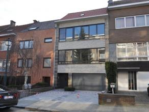 Appartement duplex spacieus avec garage et jardin.Complètement renouvellé en 2012! RdCh: garage spacieus- hall d'entrée - WC- bua