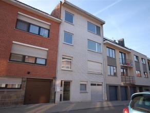 Instapklaar appartement met 2 slaapkamers nabij centrum, openbaar vervoer en scholen. INDELING: Hall 1,7x2,82m, leefruimte 4,5x5,5m, keuken 3,61x2m, b