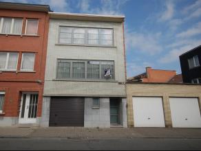 Zeer goed onderhouden appartement met garage en terras met zicht op groen. Gelijkvloers: garage 70,3m² + kelders. 1e verdieping: appartement met