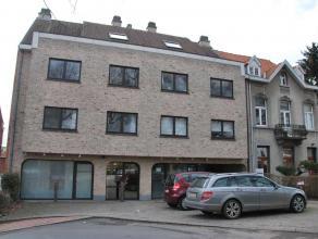 Zeer goed gelegen kantoor/winkel van 100m2 bestaande uit 2 ruimtes, keuken, wc, 2 autostaanplaatsen en tuin. Geen gemeenschappelijke lasten. Gelegen a