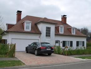 Prachtige, zeer rustig gelegen villa met een totale woonoppervlakte van 200m2. De woning bestaat uit een inkomhal met wc en bureel, een zeer ruime liv