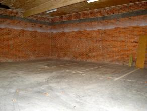 Beschrijving 10 Overdekte staanplaatsen in het commerciële centrum van Londerzeel 75euro/maand/wagen. Garagepoort met afstandsbediening. Korting