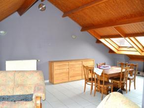 Beschrijving Charmant dakappartement, bestaande uit een inkomhall met wc en berging, ruime leefruimte en apparte keuken, badkamer met ligbad en een me