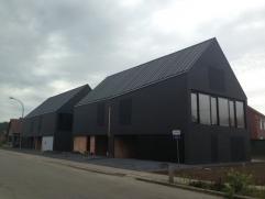 Zeer moderne en rustig gelegen half open nieuwbouwwoning op hoekperceel (lot 1). Woning wordt VOLLEDIG AFGEWERKT met prachtige materialen (inclusief t