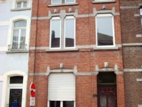 Cette Sympathique maison de ville style 1900 à rafraîchir, proche de la gare de Fleurus dans rue calme, vous propose ses 100 m² habi