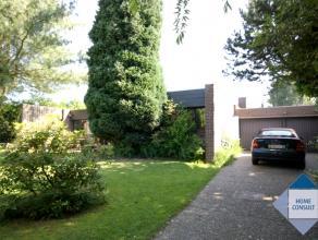 Bungalow situé dans quartier calme sur 4.5km du centre Tervuren. Hall d'entrée avec toilette - living 45m² (laminat) avec feu ouve