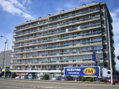Appartement op de vierde verdieping met twee slaapkamers en zicht aan de achterzijde op Racing Mechelen. Indeling: Het appartement heeft een inkom met