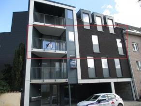 Nieuwbouw appartement op de tweede verdieping met twee slaapkamers, terras en twee staanplaatsen, nabij centrum van Mechelen. Ind: Inkomhal met apart