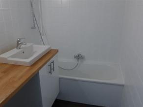 Gerenoveerd app met 2 slaapkamers Dit volledig gerenoveerd appartement beschikt over een ruime inkomhal, apart toilet, badkamer met ligbad en lavabo,