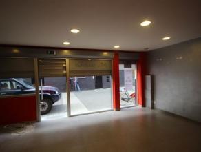 Commerciële ruimte(5,8m x 4,3m), met grote glaspartij gelegen in het winkelstraat/stadscentrum van Mechelen. Alsook apart toilet + gebruik van ke