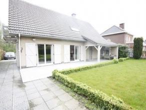 Zeer rustig gelegen en verzorgde villa met 2 /3 slaapkamers, tuin en garage. Nabij de oprit van de E19  indeling: Gelijkvloers: Inkomhal met trap, wc,