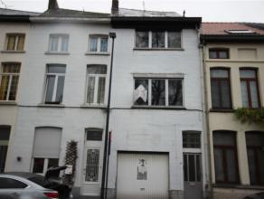 Te renoveren woning met op het gelijkvloers een grote opslagplaats/atelier van 144 m². De woning is voorzien van 2 slaapkamers en leefruimtes die
