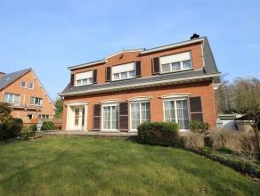 Karaktervolle woning met twee slaapkamers, tuin en garage. Het gelijkvloers omvat het zeer lichtrijke en ruime leefgedeelte met uitzicht op de tuin. A