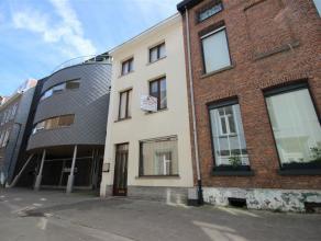 Grotendeels gerenoveerde woning met drie slaapkamers gelegen in het centrum van Mechelen. De woning omvat op het gelijkvloers een ruime inkomhal, woon