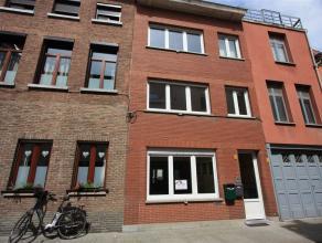 Volledig gerenoveerd appartement met 1 slaapkamer en zonnige koer in stadscentrum van Mechelen. Dit appartement omvat een ruime woonkamer met open keu