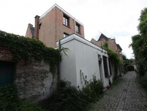 Gezellige woning in 't Begijnhof te Mechelen met 1 slaapkamer en koertje. Het gelijkvloers omvat de keuken, eetkamer en badkamer. De eerste verdieping