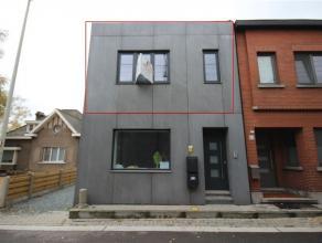 Volledig gerenoveerd appartement met twee slaapkamers en zonnig terras. Het appartement omvat op de eerste verdieping een ruime, lichtrijke woonkamer