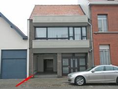 Magazijnruimte van 255m², bureelruimte, bergruimte, sanitair gedeelte, garage van 18m², voorzien van degelijke cv, gewone inrijpoort verschi