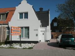 In 2013 volledig gerenoveerde HOB met 3 slaapkamers, ruime living en 2 badkamers. Grote oprit + koer. Klein beschrijf eventueel mogelijk.