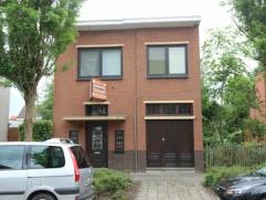 Zeer gunstig gelegen ruime en karaktervolle halfopen bebouwing met 3 slaapkamers en zuidgerichte tuin. Op wandelafstand van Bredabaan.
