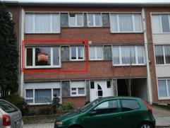 Zeer mooi en gunstig gelegen appartement op de 1ste verdieping met 2 slaapkamers en een terrasje achteraan. Dit appartement heeft een inkom, een livin