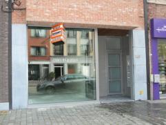 Zeer gunstig gelegen handelsgelijkvloers ca 150 m² in recent gebouw van 2010. Opslagruimte 75 m². Commerciële topligging in centrum van
