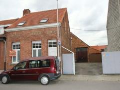 In het centrum van Ekeren gelegen charmante gezinswoning met 3 slaapkamers en koer van 28 m². Parkeergelegenheid voor 2 wagens. Beschikbaar 1 jan