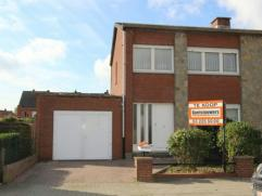 Rustig gelegen halfopen bebouwing nabij centrum Hoevenen. Dit te moderniseren eigendom heeft 3 slaapkamers, ruime garage en zuidwest gericht stadstuin