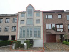Unieke woning met zeer hoge afwerking. Op het gelijkvloers is er een zeer ruime inkomhal, 2 garages, een berging, 2x burelen, apart toilet, een waspla